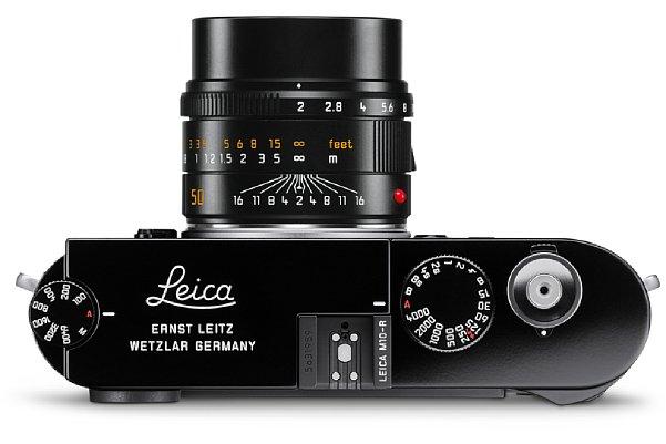Bild Die Gravuren auf der Deckkappe der glänzend schwarz lackierten Leica M10-R unterschieden sich von der verchromten Version. Zudem sind das ISO- sowie das Zeitenrad mit einer aufwendigen Kreuzrändelung versehen und der Auslöseknopf ist silbern verchromt. [Foto: Leica]