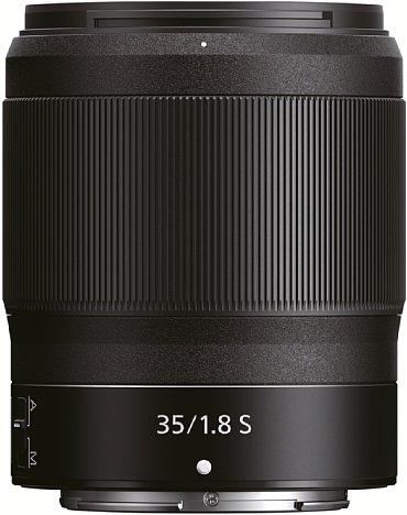 Bild In Anbetracht der Brennweite fällt das Nikon Z 35 mm 1:1,8 S etwas zu voluminös aus. Vor allem weniger Länge, immerhin sind es fast neun Zentimeter, hätte das Objektiv zum perfekten unauffälligen Begleiter der Z-Kameras gemacht. [Foto: Nikon]