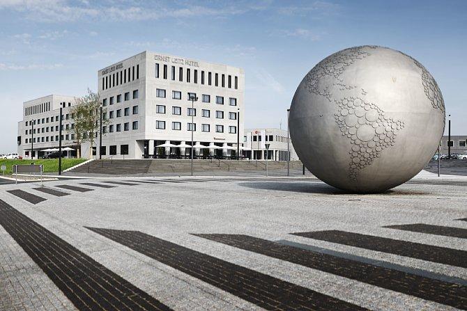 Bild Im Kreisverkehr am Eingang des Leitz-Parks in Wetzlar befindet sich eine riesige Weltkugel. Im Hintergrund ist das arcona Living  Ernst Leitz Hotel mit dem Restaurant Weinwirtschaft zu sehen. [Foto: Leica]