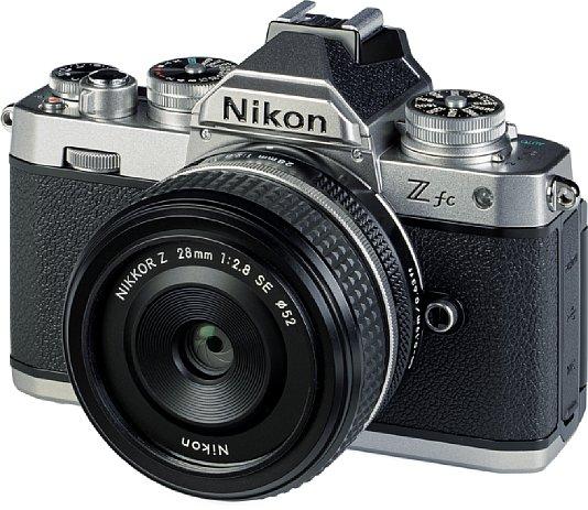 Bild Zusammen mit demZ 28 mm F2.8 SEergibt die Nikon Z fc ein sehr kompaktes Gesamtpaket. Das Kleinbild-Objektiv liefert an der APS-C-Kamera eine gute Bildqualität. [Foto: MediaNord]