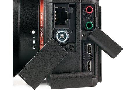 Bild Die Sony Alpha 9 ist mit zahlreichen Anschlüssen ausgestattet. Neben Mikrofon- und Kopfhörerbuchse ist beispielsweise ein LAN-Anschluss zu finden. [Foto: MediaNord]