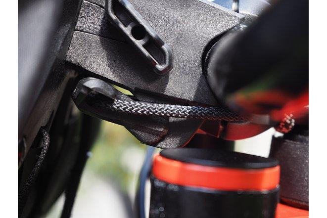 Bild Zum Abnehmen des Ortlieb Handlebar-Pack QR muss zuerst die Verriegelung des unteren Bands gelöst werden. [Foto: MediaNord]