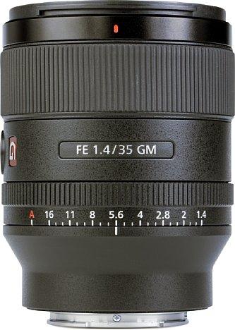 Bild Das Sony FE 35 mm 1.4 GM besitzt ein spritzwassergeschütztes Metall-Kunststoff-Gehäuse und wiegt bei einer Länge von 9,6 Zentimetern und einem Durchmesser von 7,6 Zentimetern nur 524 Gramm. [Foto: MediaNord]
