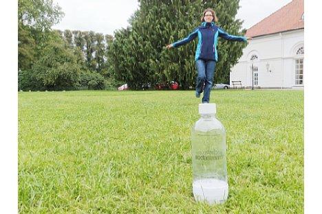 Bild Das Modell scheint durch die Kameraausrichtung auf der Flasche zu balancieren. [Foto: MediaNord]