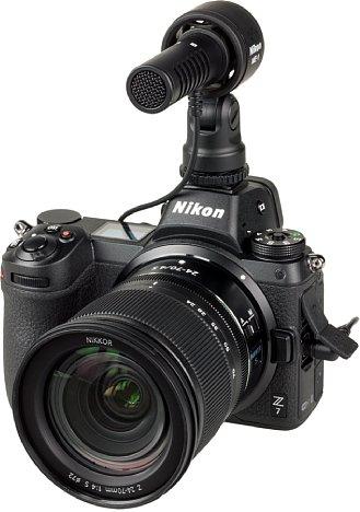 Bild In dem Blitzschuh der Nikon Z 7 lässt sich auch anderes Zubehör montieren, wie das ME-1 Stereomikrofon. Der Blitzschuh dient dann aber nur zur Befestigung. Die elektrische Verbindung erfolgt über das Kabel. [Foto: MediaNord]