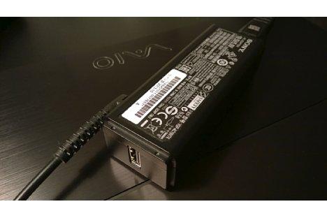 Bild Viele Laptop-Netzteile haben heute auch einen USB-Stromversorgungs-Anschluss, an dem Smartphones oder Digitalkameras geladen werden können. [Foto: MediaNord]