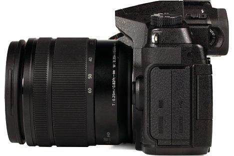 Bild Auf der linken Gehäuseseite bietet die Panasonic Lumix DMC-G81 vier Schnittstellen: Kabelfernauslöser, Stereomikrofon, Micro-HDMI und Micro-USB. [Foto: MediaNord]