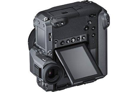 Bild Für Hochformataufnahmen aus der Hüfte oder bodennahen Perspektiven lässt sich der Bildschirm der Fujifilm GFX100 seitlich schwenken. [Foto: Fujifilm]