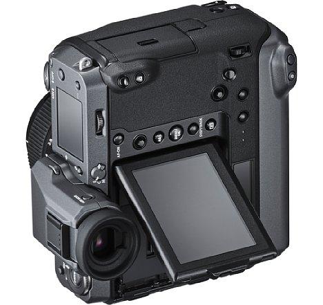 Bild Auch im Hochformat lässt sich die Fujifilm GFX100 dank Hochformat-Griff, zusätzlichen Bedienelementen und auch im Porträt-Modus schenkbarem Monitor super bedienen. [Foto: Fujifilm]