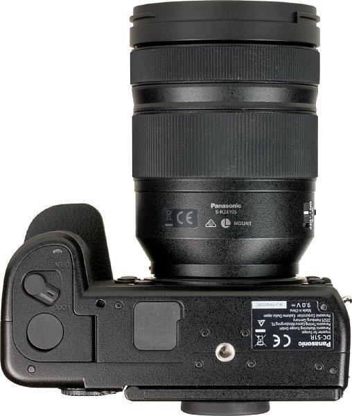 Bild Das Stativgewinde ist bei der Panasonic Lumix DC-S1R mehr als weit genug weg vom Akkufach entfernt. Wer möchte, kann hier zudem einen Multifunktionsgriff mit Akku und Hochformatauslöser anschrauben. [Foto: MediaNord]