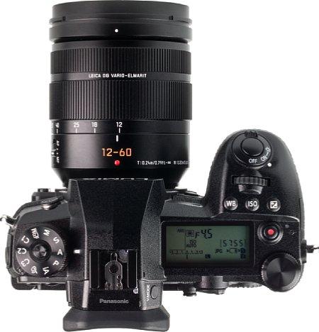 Bild Auf der Oberseite besitzt die Panasonic Lumix DC-G9 ein großes, beleuchtbares LC-Display, das die wichtigsten Aufnahmeeinstellungen zeigt. Einen integrierten Blitz hat sie zwar nicht, aber der TTL-Systemblitzschuh ist obligatorisch. [Foto: MediaNord]