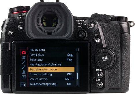 Bild Während der elektronische Sucher der Panasonic Lumix DC-G9 phänomenal groß ausfällt und mit 3,7 Mio. Bildpunkten äußerst hoch auflöst, gibt es beim Touchscreen nur 7,5 Zentimeter große Standardkost mit 1,04 Millionen Bildpunkten und mäßiger Helligkeit. [Foto: MediaNord]
