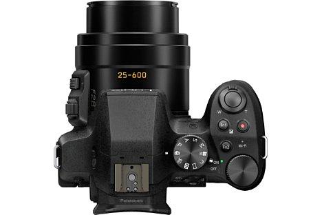 Bild Am durchgehend F2,8 lichtstarken 24-fach-Zoom von umgerechnet 25 bis 600 Millimeter und dem 5-Achsen-Bildstabilisator hält Panasonic bei der Lumix DMC-FZ300 fest. [Foto: Panasonic]