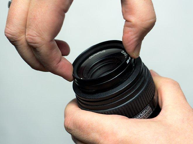 Bild Um einen Filter auf und abzuschrauben, sollten auf keinen Fall nur zwei Finger genutzt werden. Die Gefahr, dass sich der Filter verformt und dann verklemmt, ist zu hoch. [Foto: MediaNord]