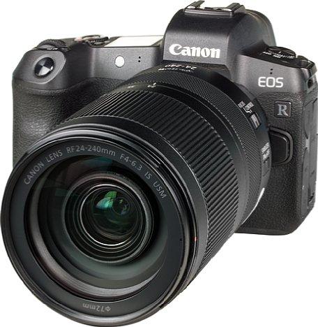 Bild Das Bild an der Canon EOS R zeigt, dass das RF 24-240 mm 4-6.3 IS USM durchaus kein kleines Objektiv ist. Schwerer als die Kamera ist es zudem, obwohl leichter Kunststoff als Gehäusematerial zum Einsatz kommt. [Foto: MediaNord]