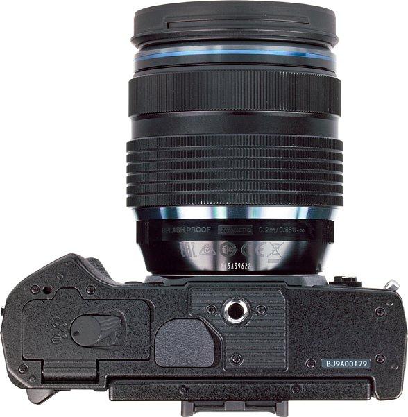 Bild Das Stativgewinde der Olympus OM-D E-M5 Mark III liegt vorbildlich in der optischen Achse, bei ausreichend kleiner Schnellwechselplatte kommt man sogar noch an den Akku heran. [Foto: MediaNord]