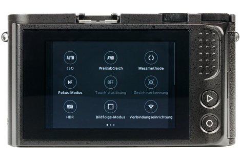 Bild Der Bildschirm der Yi M1 wirkt aufgrund des breiten, schwarzen Trauerrands trotz 7,5 Zentimetern Diagonale relativ klein. Die Bedienung ist komplett auf den Touchscreen ausgelegt. [Foto: MediaNord]