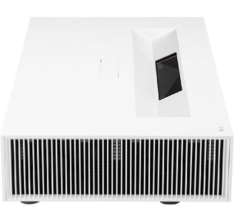 Bild Auf der linken Seite des LG HU85LS wird die kühle Raumluft eingesaugt. In der Mitte des Projektors erkennt man den Austrittsbereich für die Projektion. [Foto: LG]