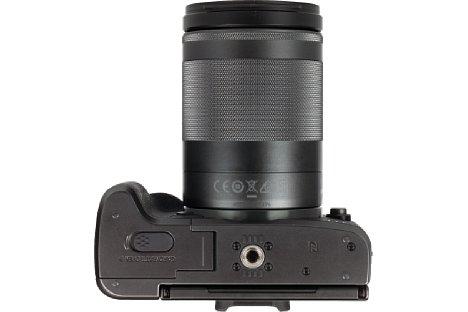 Bild Das in der optischen Achse sitzende Stativgewinde ist eines der wenigen Metallteile der mit einem Kunststoffgehäuse versehenen Canon EOS M5. [Foto: MediaNord]