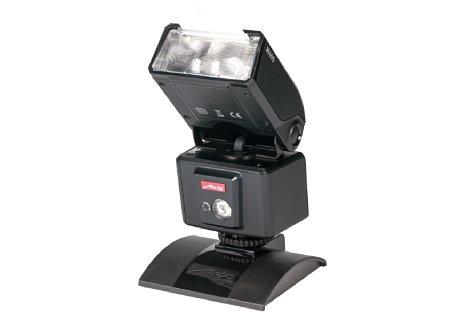 Bild Der Blitzkopf des M400 kann um 180° in beide Richtungen gedreht und um 90° nach oben gekippt werden. Zudem sind eine Streuscheibe zum vorklappen und ein kleiner Blitzreflektor zum herausziehen vorhanden. [Foto: MediaNord]