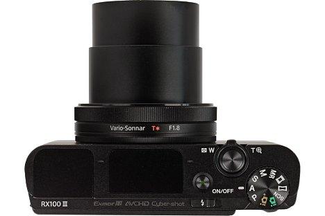 Bild Auf der Oberseite der Sony DSC-RX100 III befinden sich der Einschaltknopf, der Auslöser mit Zoomring sowie das Programmwählrad. Einen Blitzschuh gibt es leider nicht. [Foto: MediaNord]