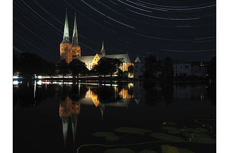 Bild Live-Composite-Aufnahme mit der Olympus OM-D E-M10. Sie setzt sich aus 1.800 Aufnahmen mit jeweils 6 Sekunden Belichtungszeit bei Blende F4 und ISO 200 zusammen. Insgesamt wurde das Bild drei Stunden belichtet (eine ganze Akkuladung). [Foto: Benjamin Kirchheim]