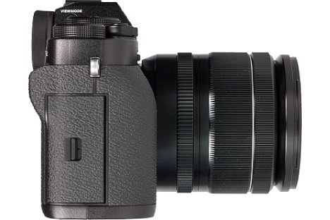 Bild Auf der Handgriffseite der Fujifilm X-T2 sitzt die wasserdichte und mit einem Riegel gesicherte Speicherkartenklappe. [Foto: MediaNord]