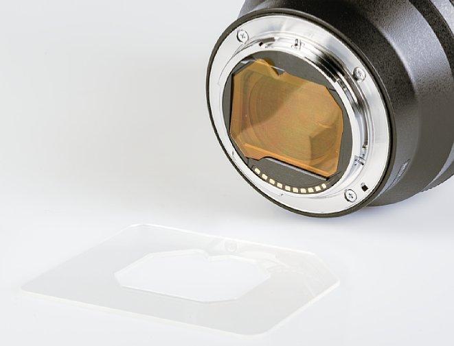 Bild Mithilfe der beimSony FE 12-24 mm F2.8 GM (SEL-1224GM) mitgelieferten Schablone (vorne im Bild) lässt sich aus einer Folie ein passender Filter ausschneiden, hier zur Veranschaulichung in Orange. [Foto: MediaNord]