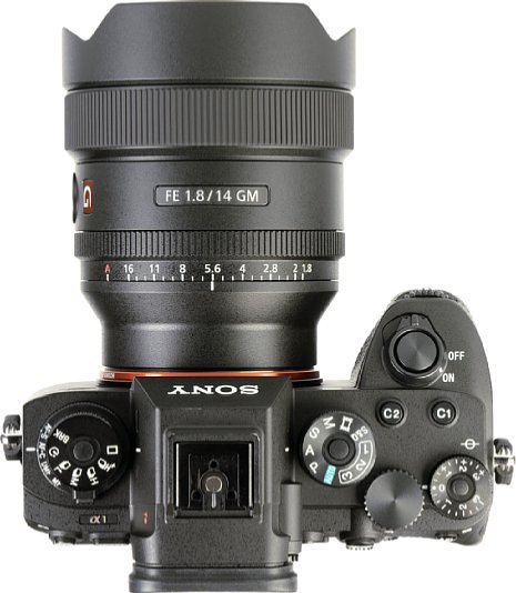 Bild Mit einer Länge von knapp unter zehn und einem Durchmesser von 8,3 Zentimetern fällt das Sony FE 14 mm F1.8 GM (SEL-14F18GM) deutlich kompakter aus als andere 14mm-Objektive für das Kleinbildformat. Mit 460 Gramm ist es zudem recht leicht. [Foto: MediaNord]