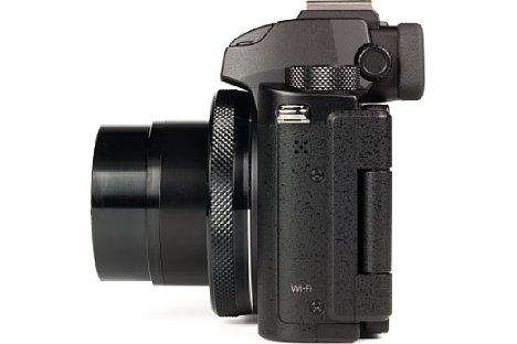 Bild Außer der WLAN-Antenne und dem Lautsprecher ist auf der linken Gehäuseseite der Canon PowerShot G5 X nichts weiter zu finden. Ein Stereomikrofonanschluss hätte ihr an dieser Stelle gut zu Gesicht gestanden. [Foto: MediaNord]