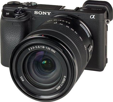 Bild Sony Alpha 6400 mit E 18-135 mm OSS. [Foto: MediaNord]