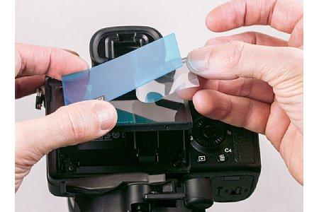 Bild Zunächst wird etwa die Hälfte der ersten Schutzfolie abgezogen. Als Ausrichtungshilfe kann dann die kurze Seite des Displays genutzt werden. [Foto: MediaNord]