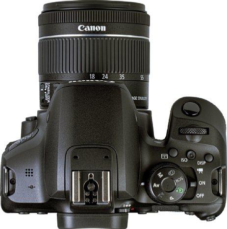 Bild Die Oberseite der Canon EOS 850D zeigt die drei Direkttasten, den Ein-, Aus- und Video-Schalter sowie den Auslöser und das Drehrad. [Foto: MediaNord]
