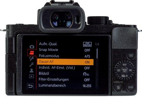 Bild Trotz ihrer Kompaktheit geizt die Panasonic Lumix DC-G110 nicht mit dem hellen, fein auflösenden, voll beweglichen Touchscreen sowie einem hochauflösenden, großen elektronischen Sucher. [Foto: MediaNord]