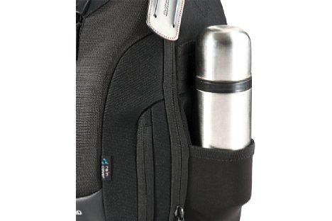 Bild Eine Tasche an der Seite des Vanguard Up-Rise II 34 kann für Stativfüße oder Getränkebehälter genutzt werden.  [Foto: Vanguard]