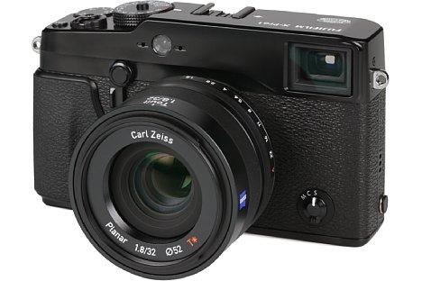 Bild An der klassisch designten Fujifilm X-Pro1 wirkt das Zeiss Touit Planar 1.8/32 mm fast zu modern, die hochwertige Verarbeitung mit Metallgeheäuse hingegen steht der X-Pro1 in Nichts nach. [Foto: MediaNord]