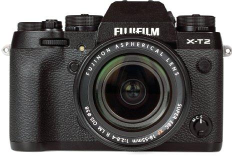 Bild Der Handgriff der Fujifilm X-T2 fällt relativ klein aus, bietet jedoch aufgrund der guten Gummierung ausreichend Halt. Griffiger wird die X-T2 mit dem optionalen Batteriegriff, der auch den Handgriff vergrößert. [Foto: MediaNord]