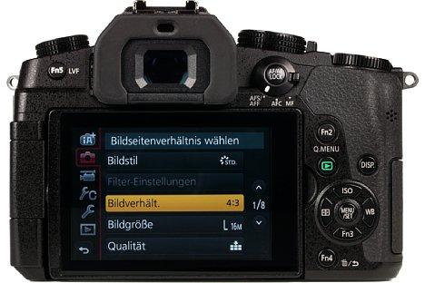 Bild Der 7,5 Zentimeter große Touchscreen der Panasonic Lumix DMC-G81 lässt sich seitlich schwenken sowie drehen, der OLED-Sucher bietet eine 0,74-fache Vergrößerung auf Kleinbildniveau. [Foto: MediaNord]