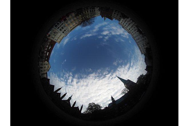 Bild Fotos senkrecht in den Himmel bringen die Kamera an die Grenzen der Kontrastübertragung. Sollen der Himmel und die Wolken noch Zeichnung haben, sind die Gebäude rundherum trotz Auto-HDR aus drei Bildern recht dunkel. [Foto: MediaNord                              ]