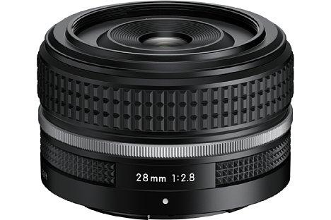 Bild Das Nikon Z 28 mm F2.8 SE ist ein Kitobjektiv für die APS-C-Systemkamera Nikon Z fc und besitzt ein dazu passendes retro-Design. [Foto: Nikon]