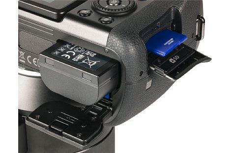 Bild Leider legt Samsung der NX1 nur ein USB-Ladegerät für den Akku bei. So muss dieser in der Kamera verbleiben, wenn er aufgeladen wird. [Foto: MediaNord]