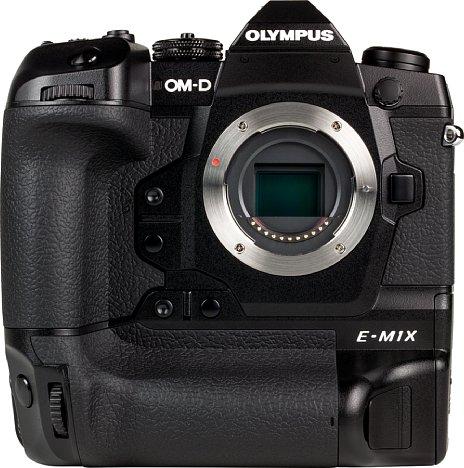 Bild Die Olympus OM-D E-M1X besitzt einen USB-PD-Anschluss und kann über kompatible Powerbanks und Netzteile aufgeladen werden. Werden 9 V mit 3 A bereitgestellt, ist auch eine Dauerstromversorgung möglich. [Foto: MediaNord]