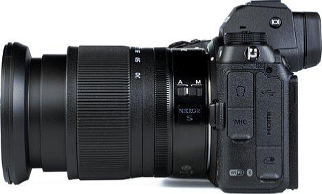 Bild Die Nikon Z 7II bietet zahlreiche Schnittstellen. So lassen sich ein Stereomikrofon sowie ein Kopfhörer anschließen, aber auch Mini-HDMI und das moderne USB-C zum Akkuladen sind verbaut. Eine Zubehörbuchse fehlt ebenfalls nicht. [Foto: MediaNord]