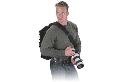 Bild Der Tamrac Evolution 8 kann auf beiden Schultern als Sling-Rucksack getragen werden. [Foto: Tamrac]