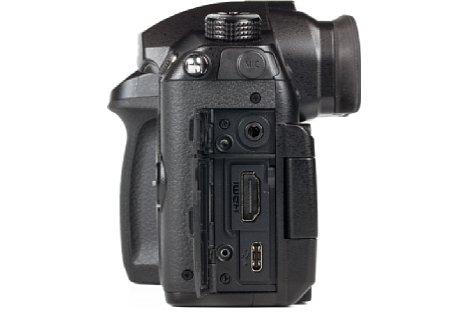 Bild Ungewöhnlich: Die Panasonic Lumix DC-GH5 verfügt über eine HDMI-Schnittstelle des Typs A, also mit voller Steckergröße. Die USB-C-Buchse ist ebenfalls modern, erlaubt jedoch kein Aufladen des Akkus. [Foto: MediaNord]