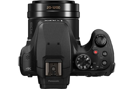 Bild Im recht kompakten Gehäuse bringt die Panasonic Lumix DC-FZ82 ein optisches 60-fach-Zoom von umgerechnet 20 bis 1.200 Millimeter Brennweite unter. Natürlich ist ein optischer Bildstabilisator mit an Bord. [Foto: Panasonic]