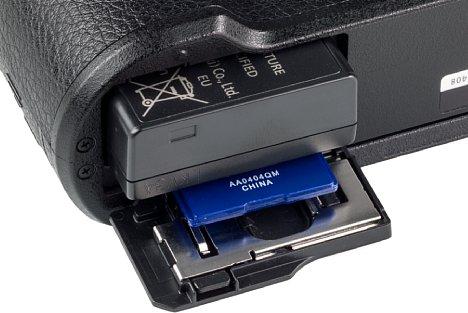 Bild Der kleine Lithium-Ionen-Akku der Panasonic Lumix DC-GX9 ist bereits nach 260 Aufnahmen leer. Er teilt sich das Fach mit der Speicherkarte, wobei die GX9 zu SD, SDHC, SDXC sowie UHS I kompatibel ist. [Foto: MediaNord]