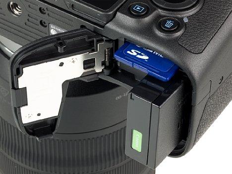 Bild Der kleine, nur für 250 Aufnahmen reichende Akku und die SD-Speicherkarte teilen sich ein gemeinsames Fach an der Unterseite der Canon EOS RP. [Foto: MediaNord]