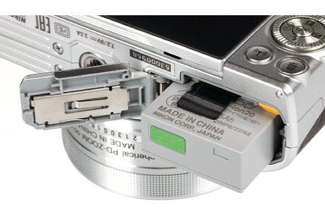 Bild Der im Vergleich zum Vorgängermodell geschrumpfte Lithium-Ionen-Akku der Nikon 1 J5 reicht für 250 Aufnahmen nach CIPA-Standard. Die verwendeten Micro-SD-Karten sind fummelig klein. [Foto: MediaNord]