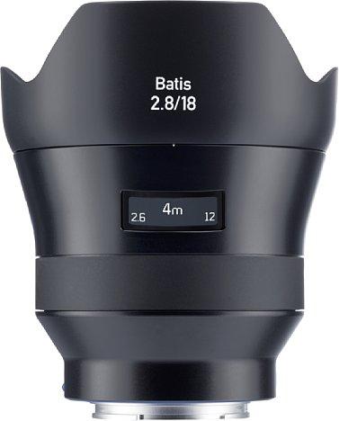 Bild Ein OLED dient beim Zeiss Batis 2.8/18 mm als moderne Entfernungsanzeige samt Schärfentiefeskala. Die mitgelieferte Streulichtblende fügt sich elegant in das schlichte Design ein, die Kombination wird wie aus einem Guss. [Foto: Zeiss]